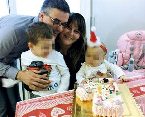Da sinistra: Alberto, Vanna e, prima a destra, la piccola Amanda. Nella foto di copertina: Amanda bacia un ritratto di papa Paolo VI, che il 14 ottobre 2018 papa Francesco proclama santo.