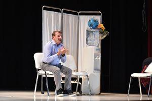 Giacomo Poretti in una scena dello spettacolo