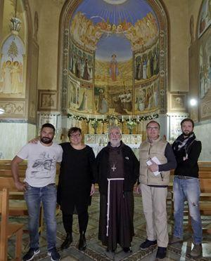 Monsignor Rodolfo Cetoloni, vescovo di Grosseto (al centro), con la giornalista di TV2000 Cristiana Caricato (seconda da sinistra).