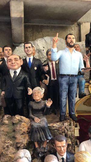 Le statuine dei politici, da Berlusconi a Salvini