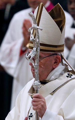 Papa Francesco celebra la Messa della Notte di Natale a San Pietro (foto Reuters)