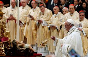 Francesco incensa la statua del Bambino Gesù (foto Reuters)