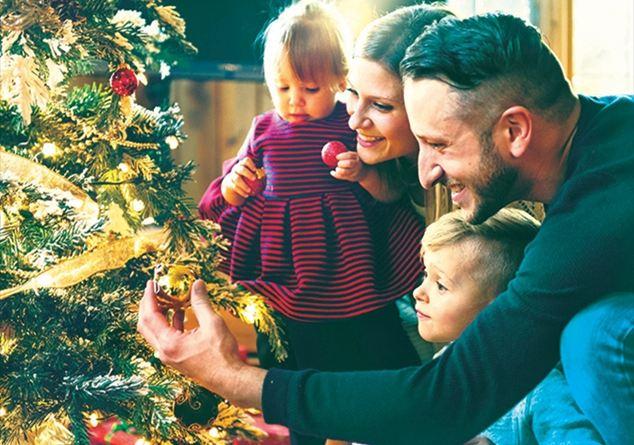 Immagini Di Natale In Famiglia.L Albero Il Presepe La Messa Natale Per Ritrovare La Famiglia Famiglia Cristiana