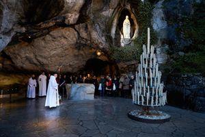 I fedeli recitano il Rosario davanti alla Grotta delle apparizioni (foto Ugo Zamborlini)