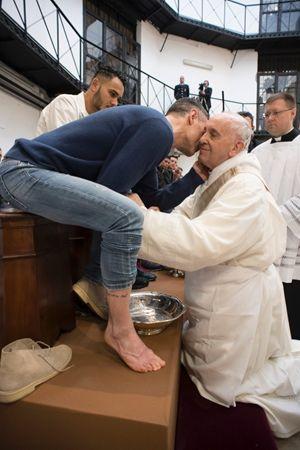 Roma, 29 marzo 2018, Giovedì Santo, carcere di Regina Coeli. Il Papa compie il rito della lavanda dei piedi. Tutte le foto di questa servizio sono di Vatican Media.