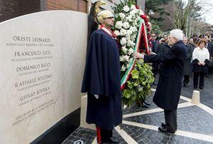 Nelle foto Ansa/Servizio fotografico del Quirinale: il presidente della Repubblica Sergio Mattarella depone una corona di fiori davanti al memoriale dei caduti di via Fani e (in alto) mentre stringe le mani ai famigliari degli agenti della scortauccisi