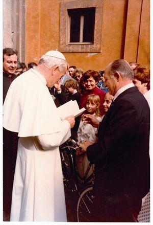 1980, Gino Bartali, accompagnato dalla moglie Adriana e dalle nipoti Gioia e Stella, incontra Giovanni Paolo II al quale regala una bicicletta