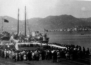 Festa al molo per la partenza delle navi nel 1946