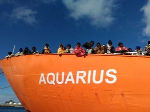 La nave Aquarius, foto: Ansa. In alto: un'immagine simbolica dell'Europa, foto: Reuters.
