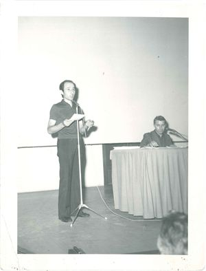 Un giovane don Gino Rigoldi durante un convegno