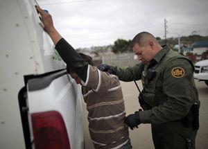 Controlli alla frontiera tra Usa e Messico. Foto:Reuters. Sopra e nella copertina: foto Ansa.