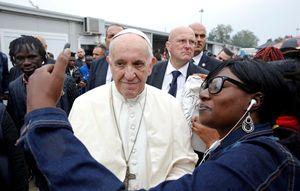 Papa Francesco e alcuni migranti in occasione delle sue visite nelle città italiane. Tutte le foto di questo servizio sono dell'agenzia Reuters.