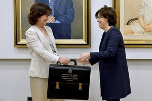 Il passaggio del testimone alla Moncloa tra Soraya Saenz de Santamaría, vicepresidente del Governo Rajoy, e Carmen Calvo, nuova vicepresidente dell'Esecutivo Sánchez (Reuters).