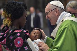 Bergoglio celebra una Messa per i migranti a cinque anni dalla sua visita a Lampedusa. In questa foto (dell'Osservatore Romano) papa Francesco saluta affettuosamente una mamma africana e il suo bambino. Le altre fotografie sono dell'agenzia Ansa. .