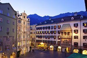 Innsbruck di sera. Sulla destra si vede il Tettuccio d'oro che sorge sulla facciata del Neuer Hof, antico palazzo dei conti del Tirolo