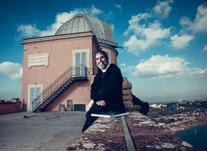 Fratel Guy Consolmagno sul terrazzo della Specola vaticana. Alle sue spalle, la cupola del telescopio