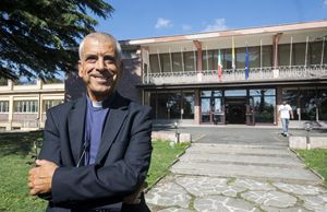 """Il direttore di Caritas italiana, don Francesco Soddu, davanti al Centro """"Mondo mgiliore"""" di Rocca di Papa"""