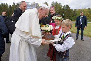 La visita del Papa in Lettonia. Questa immagine, la stessa visibile in copertina, è del servizio fotografico dell'Osservatore Romano. In alto: foto Ansa.
