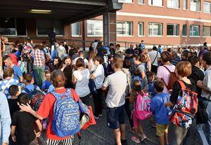 Prima campanella del nuovo anno scolastico all'istituto Peyron di Torino (Ansa)