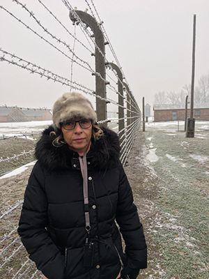 Gioia Bartali all'ingresso del campo di sterminio di Birkenau