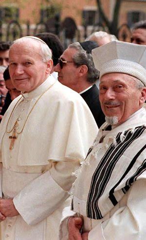 Giovanni Paolo II e il Rabbino capo di Roma, Elio Toaff durante la storica visita del pontefice alla sinagoga della capitale, nel 1986. Foto Ansa.