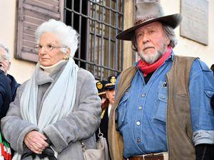 Liliana Segre con Gunter Demnig, l'artista che ha ideato le Pietre d'Inciampo (foto Ansa)