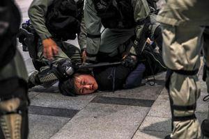 Un manifestante catturato dalla polizia durante le proteste del 13 ottobre scorso (Reuters)