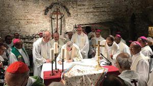 """La firma del """"Patto delle Catacombe per la casa comune"""". Tutte le fotografie di questo servizio sono tratte da Vatican Media. Per gentile  concessione."""