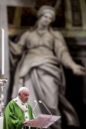 Francesco durante la Messa per la Giornata Missionaria Mondiale (Ansa)