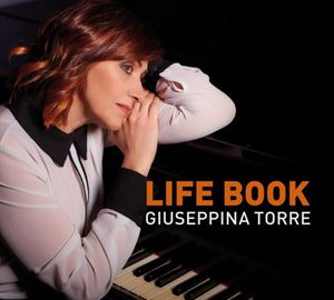 Life Book, l'ultimo album di Giuseppina Torre. Immagine in alto: la pianista, foto di Ray Tarantino