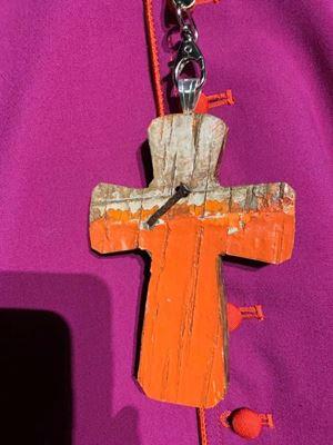 La croce pettorale. La foto (pubblicata qua sopra e in copertina, è stata realizzata da padre Antonio Spadaro, gesuita, direttore de La Civiltà Cattolica.