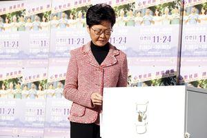 La governatrice di Hong Kong Carrie Lam (62 anni) mentre vota