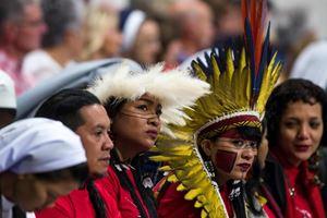 Un'immagine del recente Sinodo dei vescovi per l'Amazzonia. Foto: Ansa. La foto in alto è invece dell'agenzia Reuters.