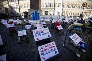 Un momento del flash mob del Forum delle associazioni familiari in piazza Montecitorio a Roma lo scorso 17 ottobre 2019