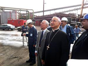 L'arcivescovo di Taranto, monsignor Filippo Santoro (71 anni), in visita all'ex Ilva (Ansa)