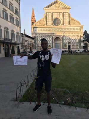 Il togolese naturalizzato italiano Tewfina Kassimna mostra la comunicazione che gli richiede il certificato penale del Tribunale di Tripoli.