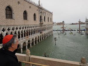 Il patriarca Francesco Moraglia guarda piazza San Marco invasa dall'acqua alta