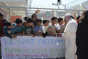Papa Francesco incontra i rifugiati durante la sua visita a Lesbo il 16 aprile 2016 (Ansa)