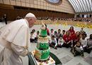 Il Papa con i bambini del Dispensario Santa Marta: «La guerra si sconfigge con l'amore»