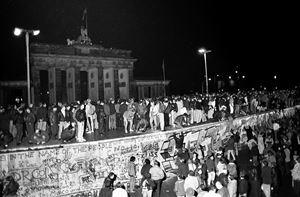 Berlino, 9 novembre 1989: lo storico momento della caduta del Muro. Foto Reuters.