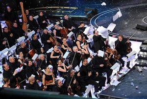 Sanremo 2010, gli orchestrali lanciano gli spartiti sul palco (Ansa)