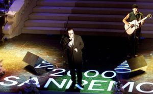 Bono Vox ospite a Sanremo 2000 (Ansa)