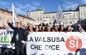 L'ultima manifestazione Sì Tav, a Torino, il 12 gennaio 2019. Foto Ansa. In alto e in copertina: immagini del cantiere Tav a Chiomonte, in Val Susa, in  provincia di Torino. Fotoreportage dell'agenzia di stampa Reuters datato 19 novembre 2018.
