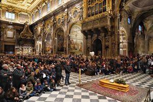 La Chiesa gremita di persone per il funerale di Caterina