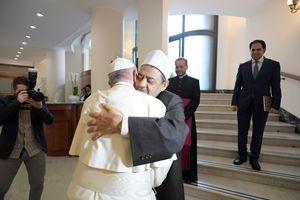 Roma, 16 ottobre 2018. L'ultimo dei cinque incontri finora avvenuti tra papa Francesco e Aḥmad Muḥammad Aḥmad al-Ṭayyib, grande imam della moschea-università di al-Azhar (Il Cairo), il centro di elaborazione teologica più importante nel mondo sunnita. Tutte le foto di questo servizio sono dell'agenzia Reuters.