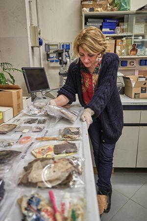 Cristina Cattaneo (55 anni) nel laboratorio del Labanof di Milano mentre analizza i reperti trovati addosso ai migranti morti in mare (foto Ugo Zamborlini per Famiglia Cristiana)