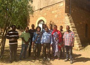 Padre Emanuele Bassa con un gruppo di parrocchiani.