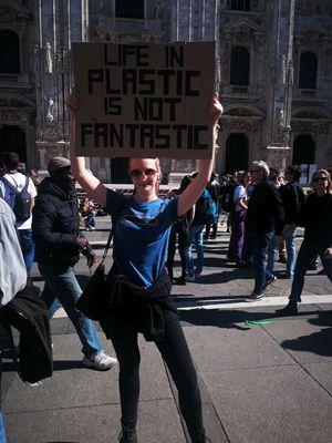 Lisa, 24 anni, con il cartello contro la plastica