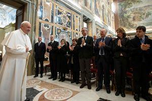 L'udienza del Papa agli officiali dell'Archivio Segreto Vaticano (Ansa)