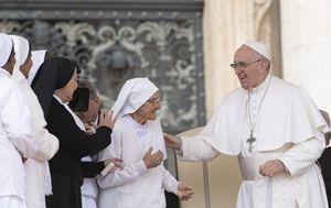 Francesco con suor Maria Concetta Esu (85 anni) sul sagrato di San Pietro (Ansa)